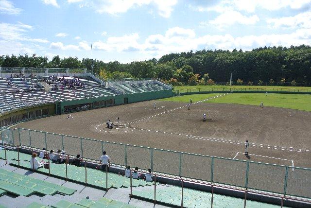 グラウンド上にブルペンは設けられておらず(内野スタンド下に設置)、グラウンドは広々、すっきりとしている。