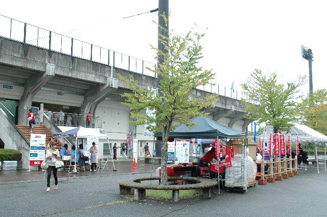 駐車場から球場へ向かう途中のエリアが広めに取られており、試合当日はこのエリアに露店なり、チケット売り場なりが設けられていました。