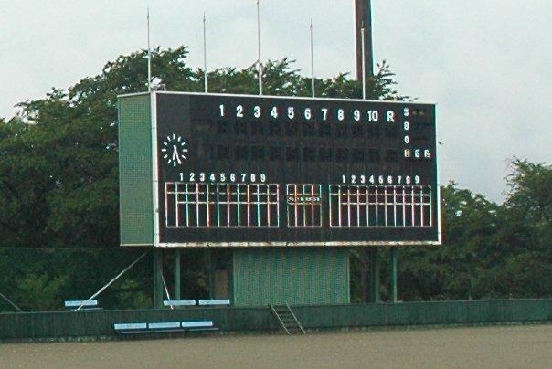 球場施設から考えると電光掲示板+鉄骨三階建のスコアボードはゴージャスとも言える。