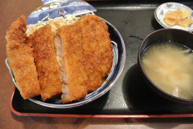 丼の蓋から肉がはみ出しており、ボリューム満点。肉屋直営店だけあって、味も抜群。