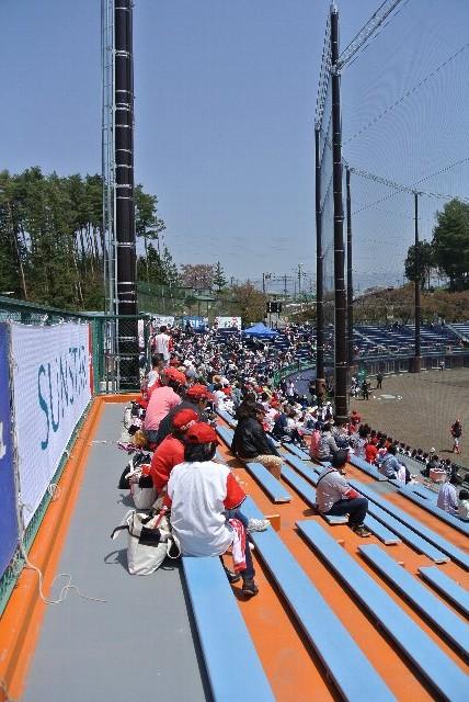 この球場では野球ではなく、金網デスマッチでもやるのではないか...と思わせてくれる。