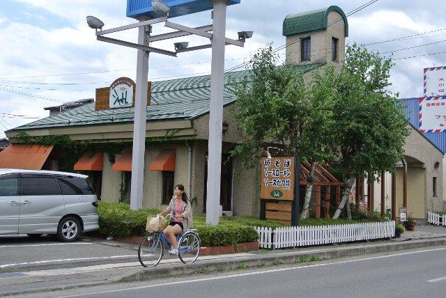 伊那市街地の交通至便な場所にお店は立地している