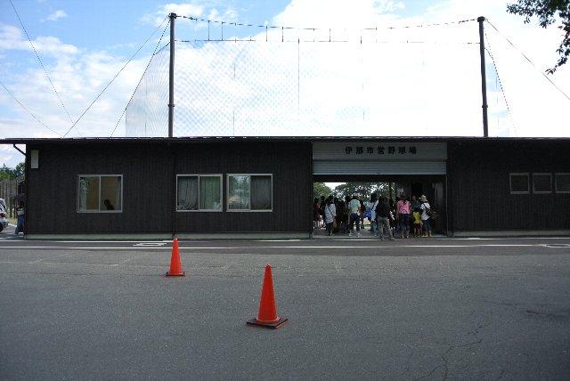 重厚な内野スタンドを撤去し、簡易的な入口が設けられるだけに変わった。