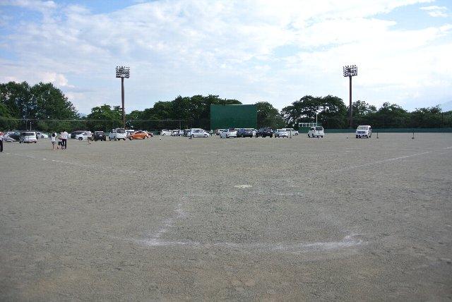 以前、県営球場と同仕様のスコアボードが設けられていたが、現在は撤去されている。