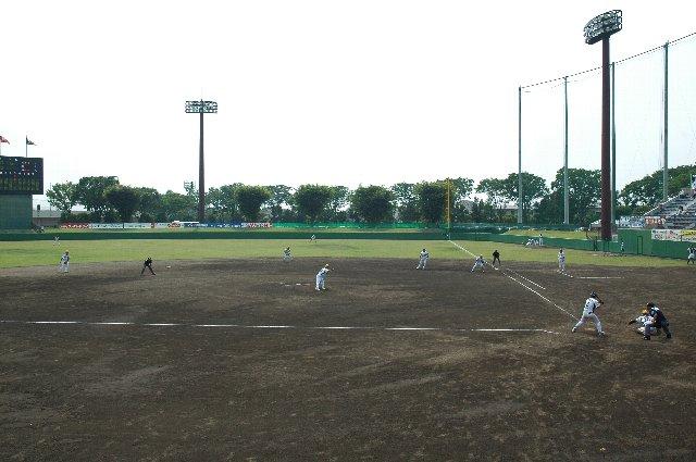 ネットとフェンスの切れ目があり、ここにレンズをこじ入れると試合の様子が良く撮れる。