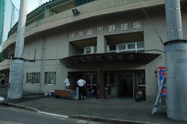 球場名プレートには「伊勢崎市野球場」とあり、「鈴木惣太郎記念球場」というようなプレートは見当たりませんでした。