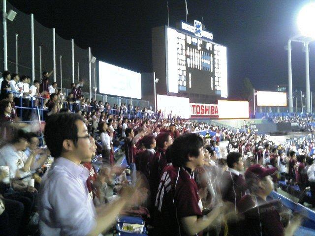 応援中の楽天ファン、仕事帰りの人がかなり多かったです。