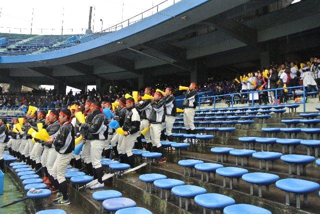 生憎の天気のため、ほとんどの観客が屋根の下に陣取る中、両校の応援団だけは雨に打たれながら必死の声援を送っていました。青春だね!