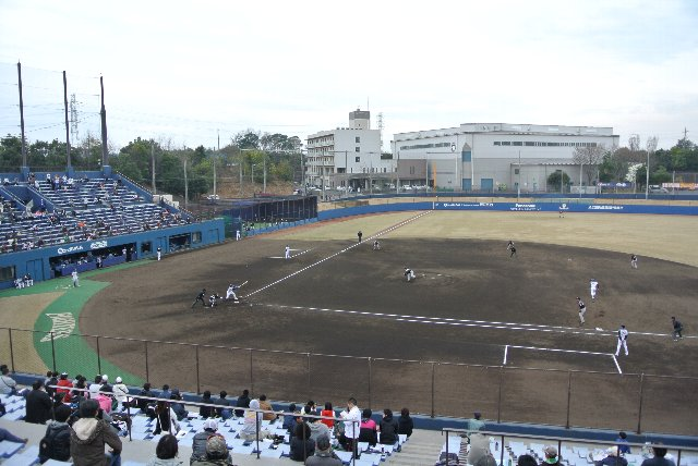 球場に隣接して室内練習場と選手寮がある。