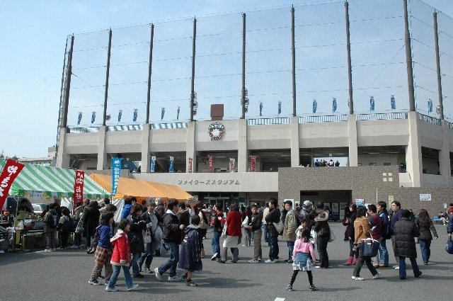 オープン戦ながら、年に一度の一軍公式戦。球場入口は大変な賑わい。
