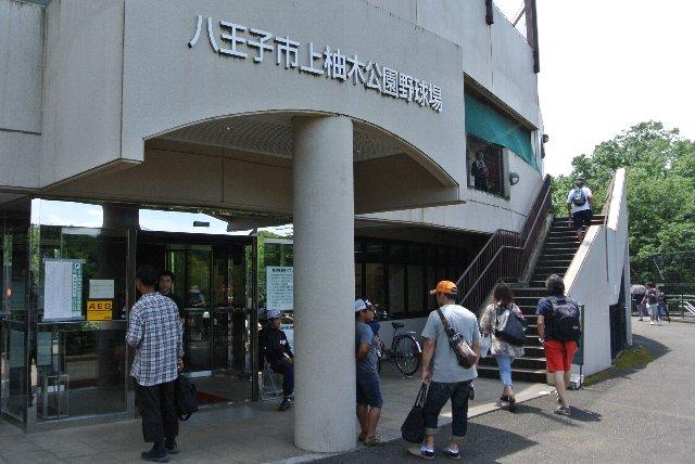 飾りっ気ゼロ、入口があって、柱が一本立つだけの大人しい球場正面入口です。