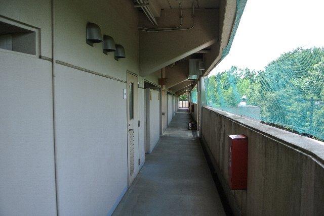 狭いながらも内野スタンドの下を周回可能なコンコースが設けられている。