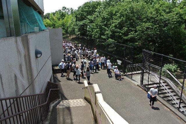 試合待ちの応援団などがこのスペースで待っていると、通り抜けることすらままなりません。