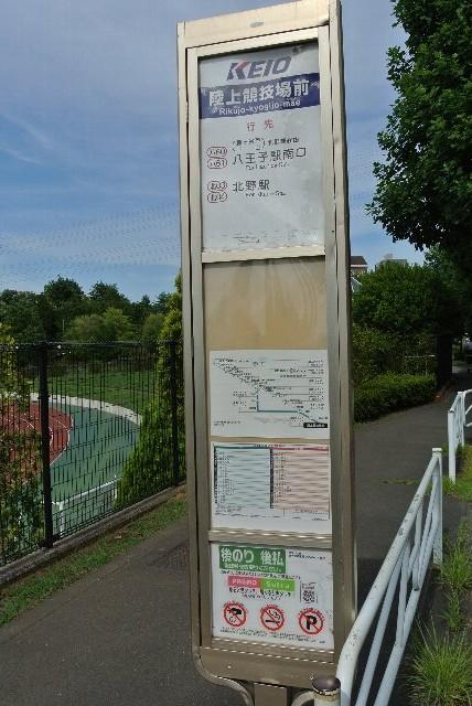 バス停を降りると野球場まで徒歩5分程度です。