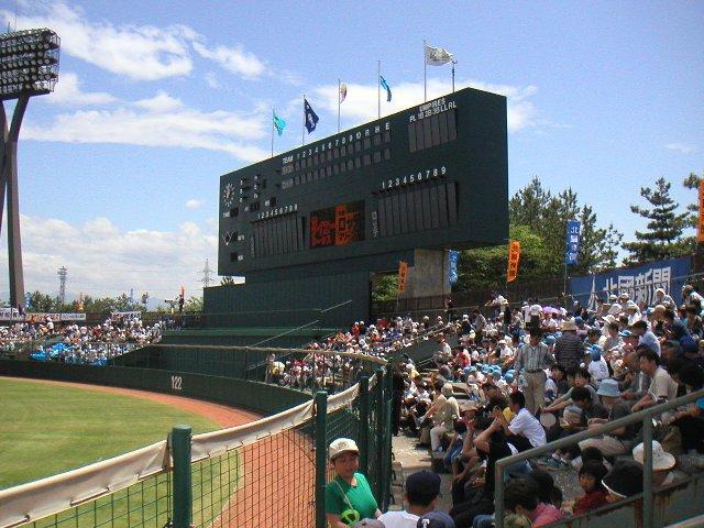 試合開始直前、外野席のファンがプレイボールを今か今かと待っている状態。