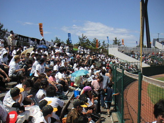外野席は非常に狭く、すぐに埋まってしまう。ここで阪神戦を開催したのは暴挙以外の何物でもない。