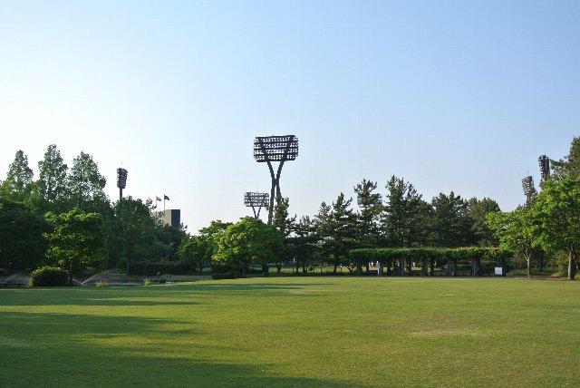 公園の外側からも、徽軫灯籠(ことじどうろう)を模した独特の照明塔にすぐ気付けるはずです。