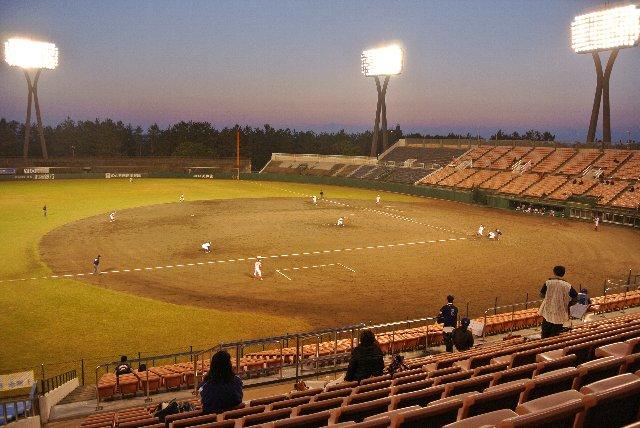 この日の観客数は308人(寒)、球場内はがら空きでしょ。