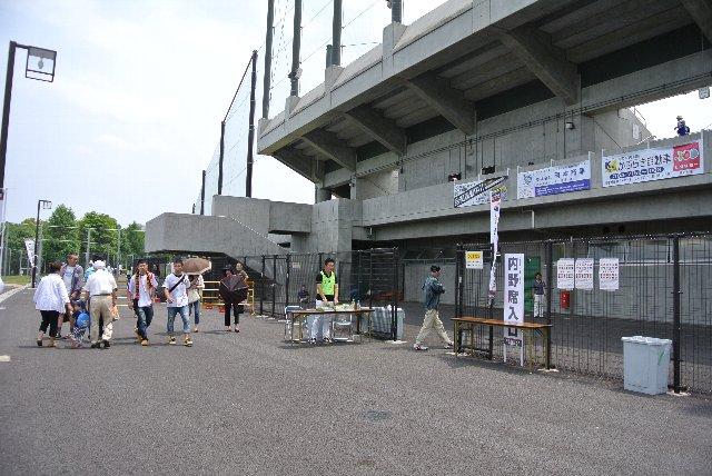 球場の回りにフェンスが巡らされていて、正面脇と内野芝生席裏の二箇所にゲートが設けられていました。