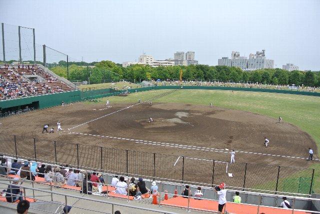 グラウンドとを隔てるフェンスが高く、上段に陣取らないと視界を遮られる。