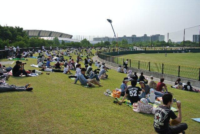 地方で開催されるファームの試合では外野席が埋まることも多いが、このくらいの観客数での観戦が、圧迫感無く、でも臨場感があって見れるので良いですな。