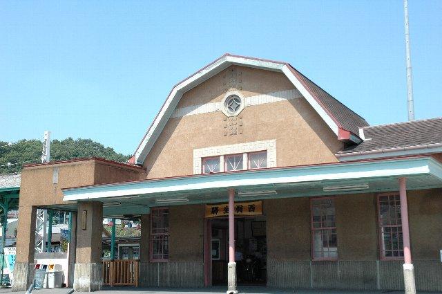 上毛電鉄 西桐生駅/駅前で雀が可愛く飛び交い、学校帰りの多くの高校生が語らう良い雰囲気でした。