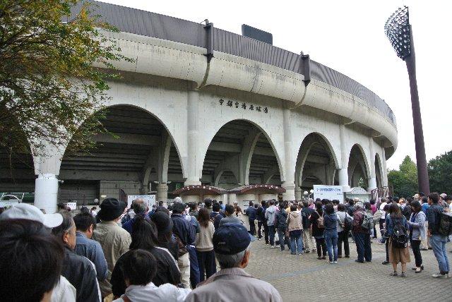 たかが高校野球秋季大会と思っていたら、誘導の拙さもあって、チケット売場に長蛇の列。入場まで20分近く掛かった。