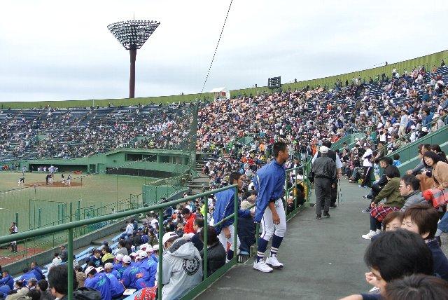三塁側は地元の石橋高校。石橋高校を応援する多くのファンで混雑していた。