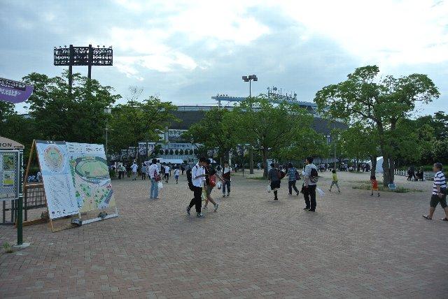 駅から球場に向かって歩いていく雰囲気が良い。