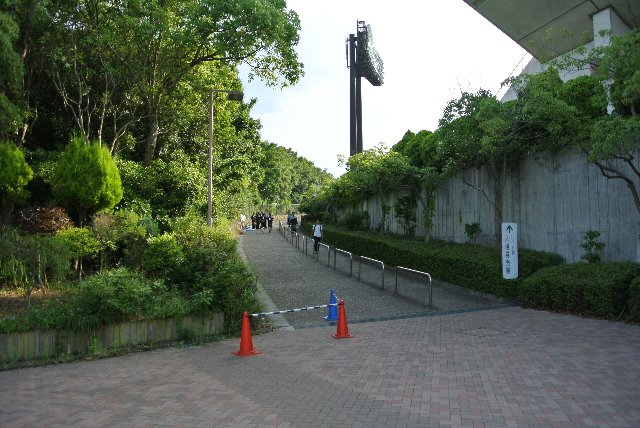 うちが観戦した際、ビジターはこの坂に待ち行列ができていた。