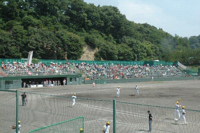 少ないながらも応援団も居て、球場内で一番賑やかだった三塁側のスタンドです。