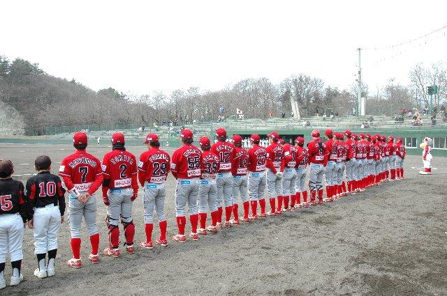 なかなかホームゲームを観戦できないうちにとって、赤いユニは目新しい。