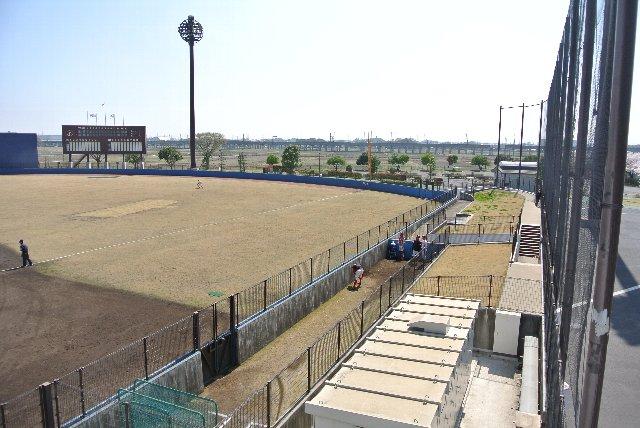 内野芝生席で観戦すると、ブルペンでの投手準備状況を間近に楽しめます。