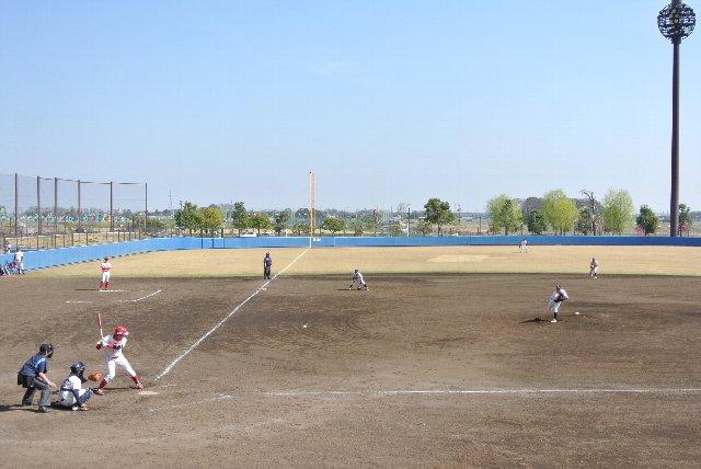 ブルペンもスタンド側にあり、試合中、グラウンド内ではプレーヤーのみが躍動しています。