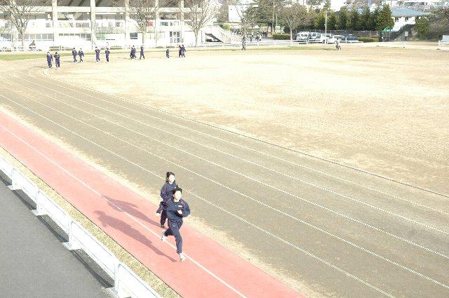 周辺に学校が多いせいか、試合開始前の時間帯は高校の陸上部が練習に使ってました。
