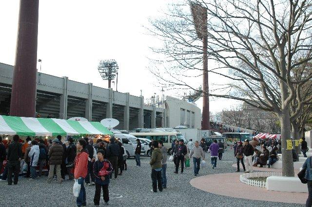 肌寒い時期の平日ナイターにも関わらず、球場には多くの郡山市民が駆けつけ、球場前広場はこの賑わいです。前売券も完売でした。