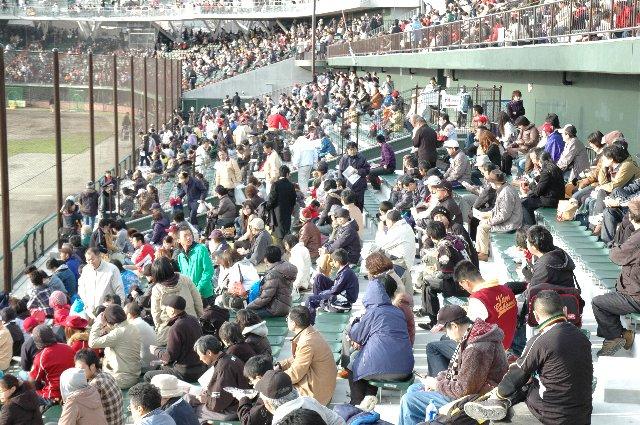 うちが観戦した日、内野自由席と外野席との間はフリーパス。でも、料金差は1000円、納得できない人も多かったろうねぇ。