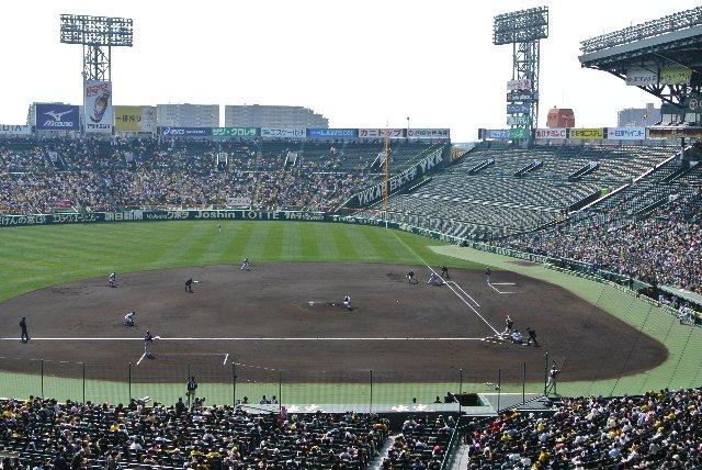 オープン戦ですが、内野席もそこそこに客が入っています。