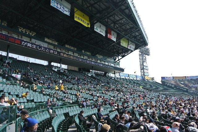 横断幕のような球場内広告も甲子園球場独特のものですね。