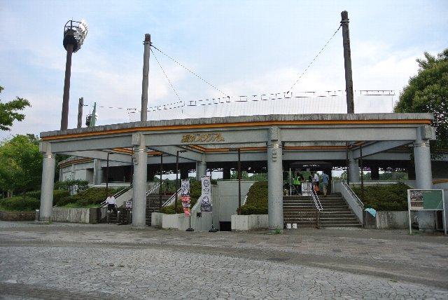 正面入口の階段を上がると、内野スタンド最上段に直結する構造である。