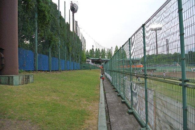 フェンスが高いので観戦には不向きです。