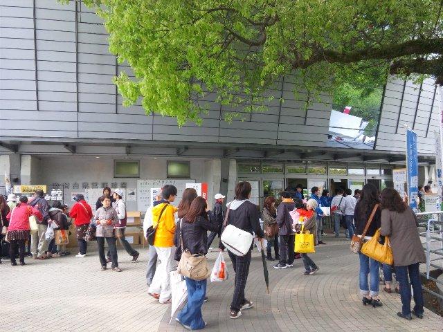 内野スタンドの入口はここだけ。ここからコンコースを通り、各入口へと移動していく形。