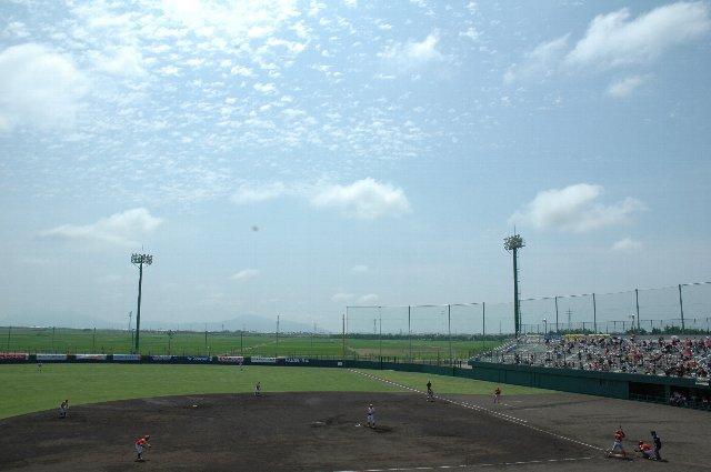 酷暑の下で開催されたデーゲーム。完成したばかりの球場で、マウンドの高さが投手に合わないのか、試合は激しい乱打戦となった。