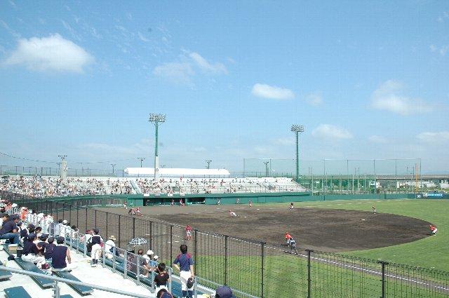 上段に陣取れば、フェンスに遮られることなく観戦することができます。