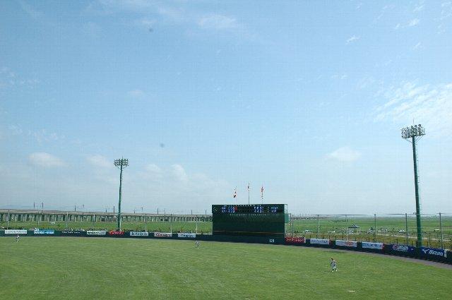 球場の奥に上越新幹線の高架線も見える。