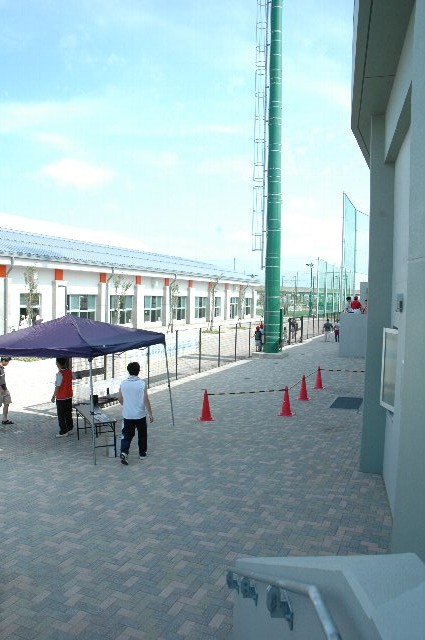 入場口の前に、フェンスで仕切られた空間があるので、球場内限定の売店を開くことも可能である。