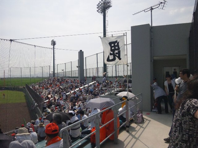 うちが観戦した日、入場ゲートをネット裏一箇所に制限していたため、ネット裏後方の通路が非常に混雑していた。