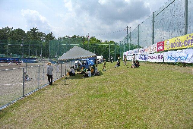 一塁側は雑木林、三塁側は芝生席と趣が異なっている点もこの球場の特徴。
