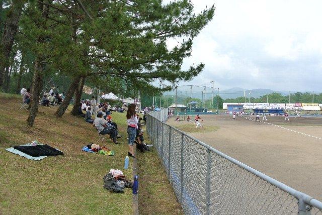 三塁側と違って傾斜もあり、日陰もあるので観戦し易い環境と言える。