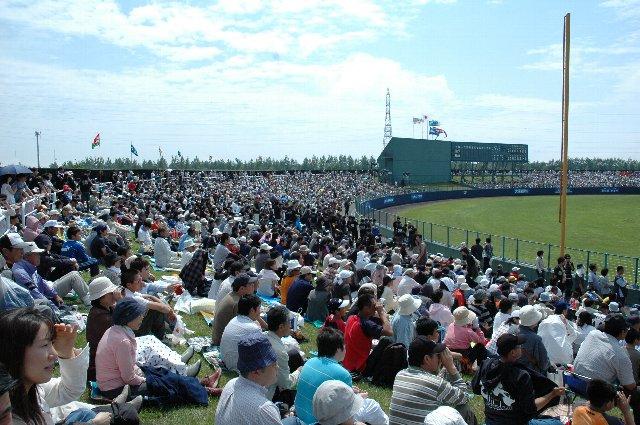 試合開始直前、外野席はほぼ埋まりました。